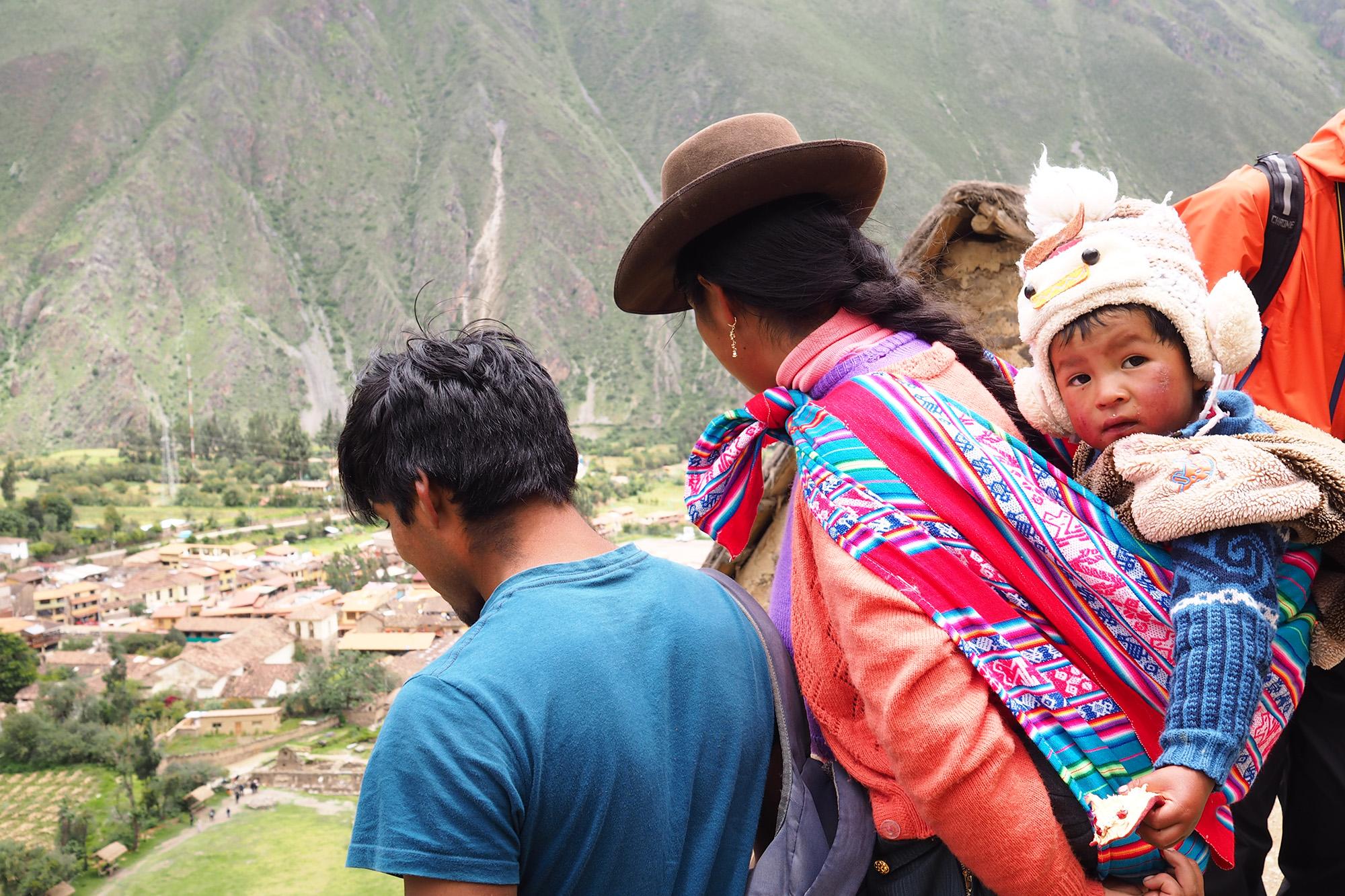 Indigene Familie mit Ausblick auf Ollantaytambo