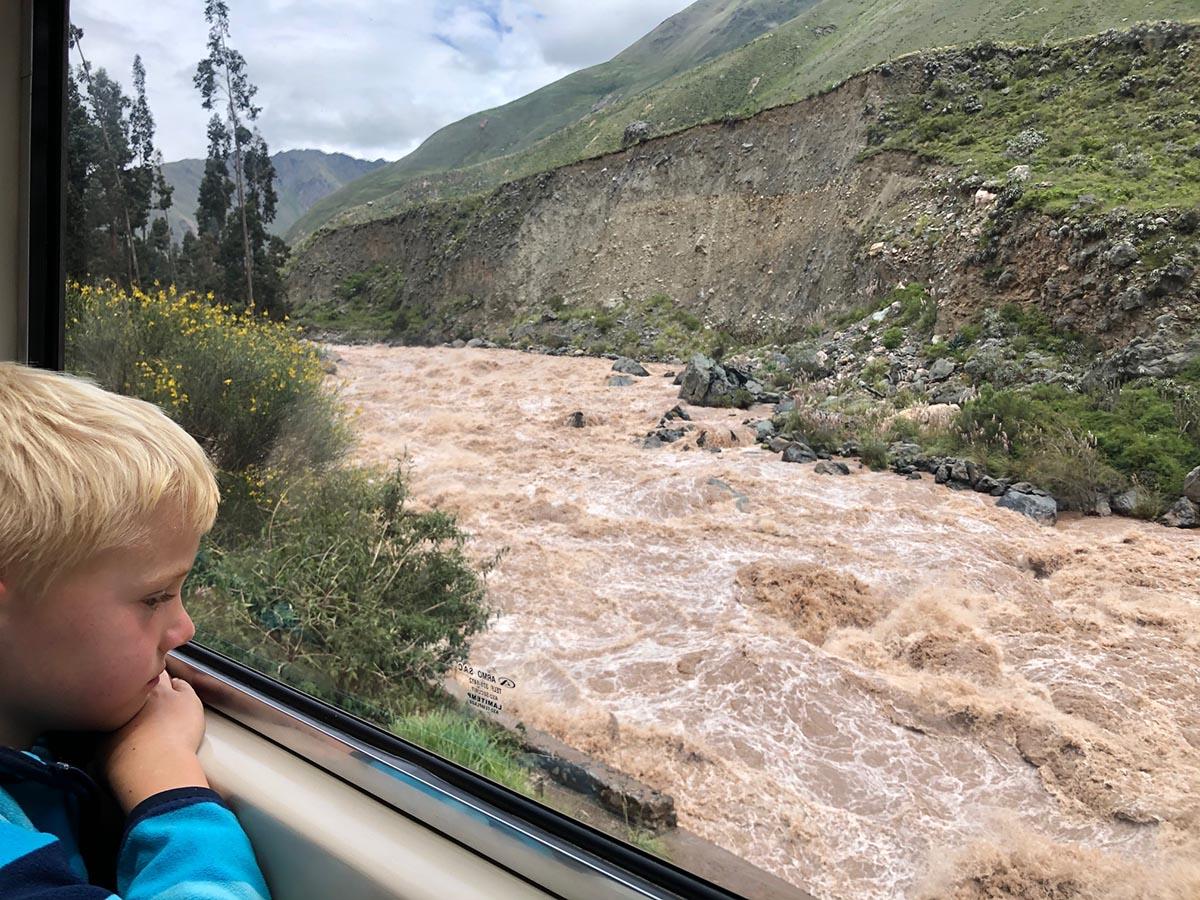 Auf dem Weg zum Machu Picchu mit Kind im Zug Blick auf den Fluss Urubamba