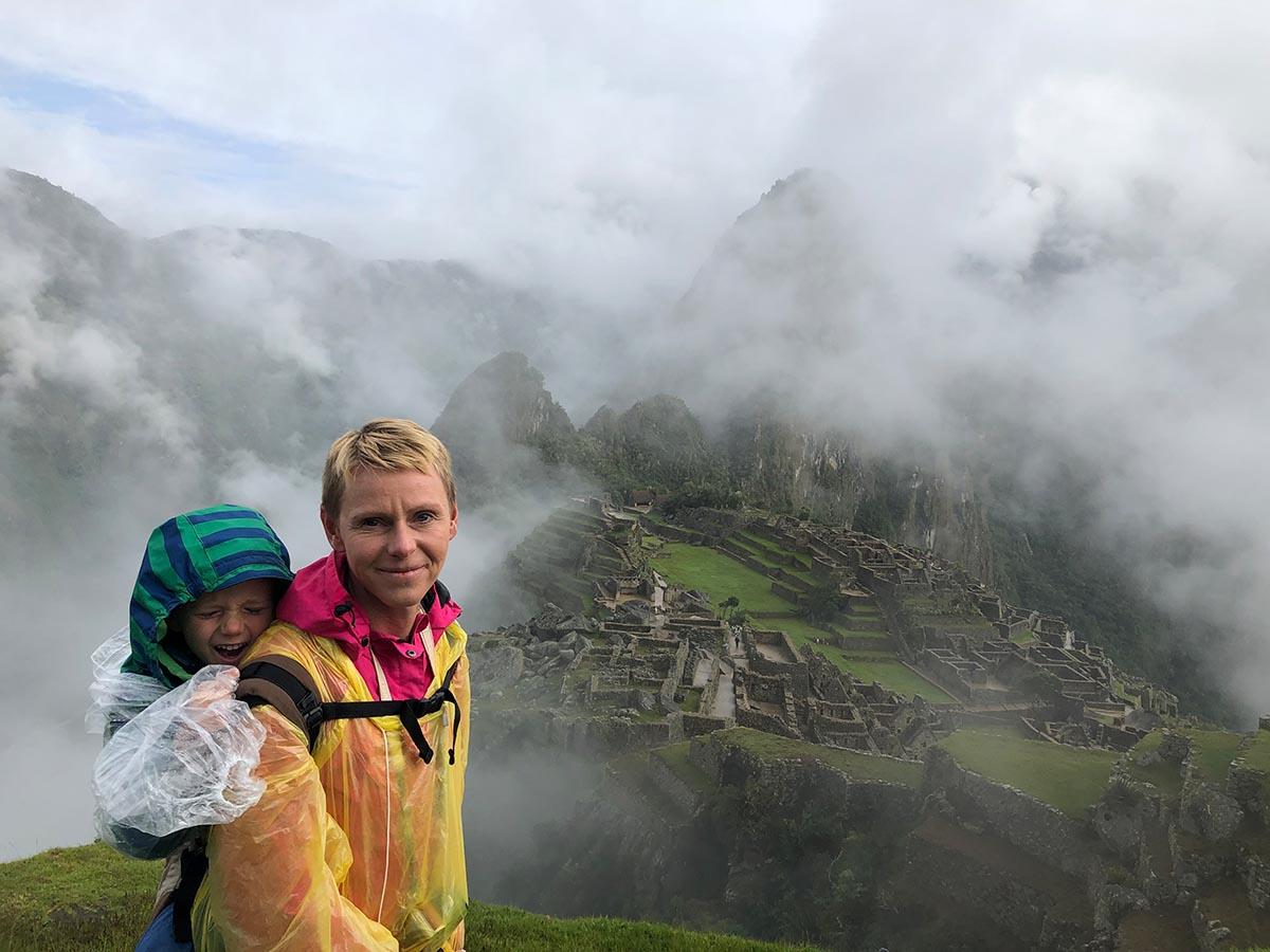 Mit Kind Blick auf die Ruinen in Machu Picchu