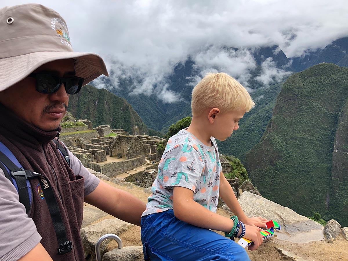 Kind schaut sich Machu Picchu an