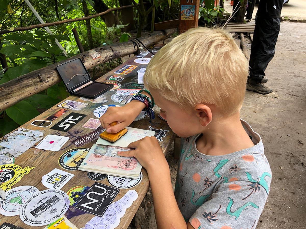 Kind macht den Machu Picchu Stempel in seinen Reisepass