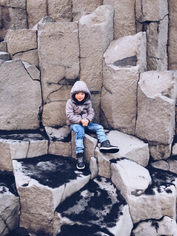 An einem Felsen in Island