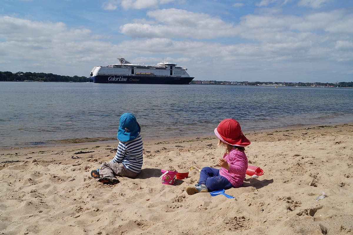 Mit Kindern am Strand in Kiel spielen