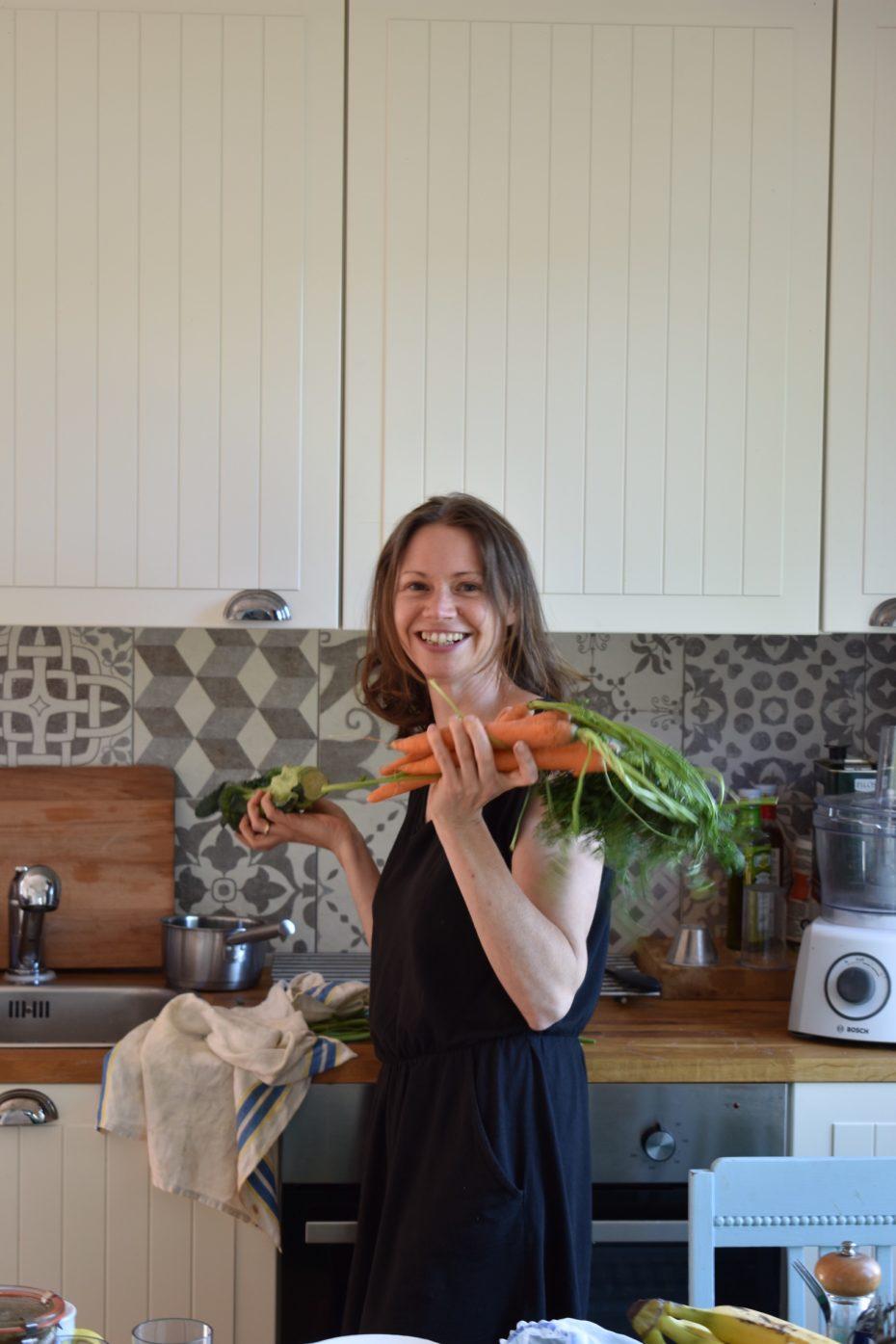 Buchautorin steht in der Familienküche
