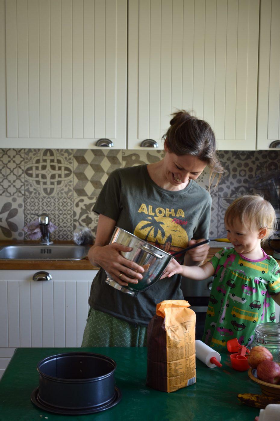 Buchautorin backt mit kleinem Kind